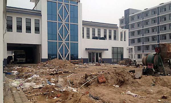 石家庄医学高等专科学校新校区未完工即开学 男女混住打地铺睡觉